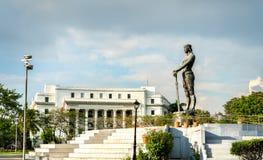Monumento de Lapu-Lapu en el parque de Rizal - Manila, las Filipinas fotos de archivo