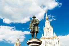 Monumento de Lomonosov y edificio de la universidad de estado de Moscú Imagen de archivo