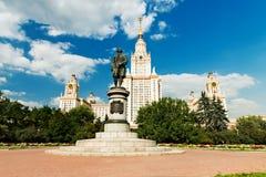 Monumento de Lomonosov y edificio de la universidad de estado de Moscú Fotos de archivo libres de regalías