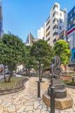 Monumento de mármol formado en clave de sol en la calle de la sol en la salida del este de Ikebukuro en Tokio Las curvas de la ac fotografía de archivo libre de regalías