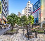 Monumento de mármol formado en clave de sol en la calle de la sol en la salida del este de Ikebukuro en Tokio Las curvas de la ac foto de archivo