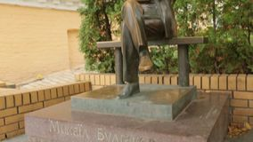 Monumento de Mikhail Bulgakov almacen de video