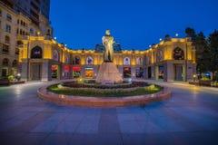 Monumento de Nizami o 5 de maio em Azerbaijão, Baku Fotografia de Stock Royalty Free