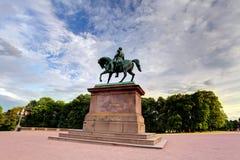 Monumento de Oslo - rey en palacio real fotografía de archivo