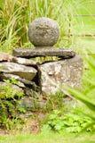 Monumento de pedra do jardim imagens de stock