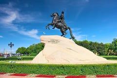 Monumento de Peter I contra el cielo azul. St-Petersburgo Imagen de archivo