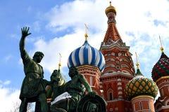 Monumento de Pozharsky e de Minin e catedral de Vasily Blessed em Moscou, Rússia fotografia de stock