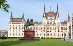 Monumento de Rakoczi Ferenc na frente da construção húngara do parlamento, Budapest, Hungria fotos de stock royalty free