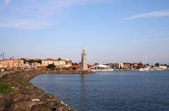 Monumento de San Nicolás y viejo paisaje urbano de Nessebar de la ciudad foto de archivo libre de regalías