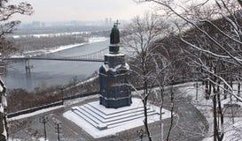 Monumento de St Vladimir o batista em Kiev, estando acima do Dnieper Inverno fotografia de stock royalty free