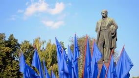 Monumento de Taras Shevchenko durante Día de la Independencia en Kiev, Ucrania, almacen de metraje de vídeo
