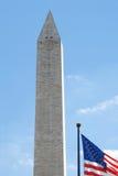 Monumento de Washington con el indicador de los E.E.U.U. Foto de archivo libre de regalías