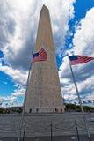 Monumento de Washington rodeado por las banderas de los E.E.U.U. fotografía de archivo libre de regalías