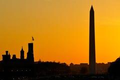 Monumento de Washington y el Smithsonian en la puesta del sol Foto de archivo libre de regalías