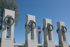 Monumento de WWII y monumento de Washington Foto de archivo libre de regalías