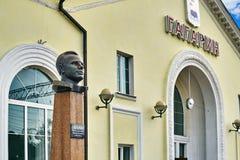 Monumento de Yuri Gagarin na estação de trem da cidade pequena Gagarin do russo fotos de stock