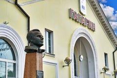 Monumento de Yuri Gagarin na estação de trem da cidade pequena Gagarin do russo imagens de stock