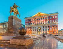 Monumento de Yury Dolgoruky e câmara municipal de Moscou Fotografia de Stock Royalty Free