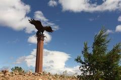 Monumento del águila del chamán de Baikal cerca del camino fotografía de archivo libre de regalías