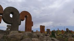 Monumento del alfabeto armenio, letras de piedra gigantes, orgullo nacional, secuencia almacen de video