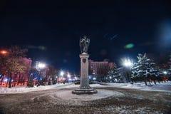 Monumento del arcángel en parque nevoso del invierno foto de archivo
