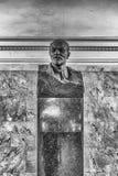 Monumento del busto di Lenin dentro la stazione della metropolitana di Belorusskaya a Mosca Fotografia Stock