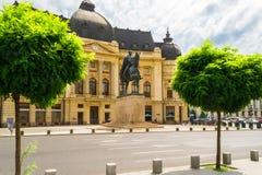 Monumento del canto natalizio il primo al quadrato di rivoluzione a Bucarest, Romania fotografia stock libera da diritti