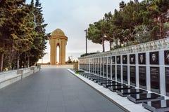 Monumento del carril y de Shahidlar del ` de los mártires o monumento eterno de la llama por la tarde baku azerbaijan imagen de archivo