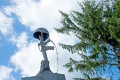 Monumento del casco, del rifle y de las botas del soldado Imágenes de archivo libres de regalías