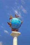 Monumento del globo di Globus sul quadrato di indipendenza, Kyiv, Ucraina fotografia stock