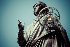 Monumento del gran astrónomo Nicolaus Copernicus, Torun, Polonia Imágenes de archivo libres de regalías