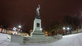 Monumento del hyperlapse del timelapse de la noche del invierno de la independencia Járkov, Ucrania almacen de video