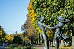 Monumento del muchacho y de la muchacha imagen de archivo libre de regalías