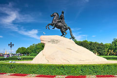 Monumento del Peter I contro cielo blu. St-Pietroburgo Immagine Stock