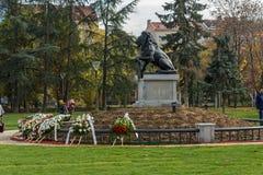 Monumento del primer y sexto regimiento de infantería en parque delante del palacio nacional de la cultura Imágenes de archivo libres de regalías