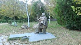 Monumento del ` s de Vanga de la abuela del complejo del monasterio de Rupite en un fondo natural sano de pájaros en octubre metrajes