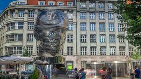 Monumento del timelapse de Franz Kafka en forma de cabeza gigantesca con segmentos giratorios Praga, República Checa almacen de metraje de vídeo