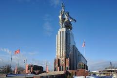 Monumento del trabajador y del granjero colectivo en VDNKh en invierno Imagen de archivo