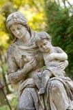 Monumento della donna con il bambino su un cimitero Fotografia Stock