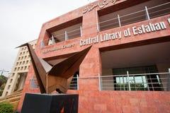 Monumento della gru di carta vicino alla costruzione principale della biblioteca centrale di Esfahan Fotografia Stock