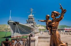 Monumento della moglie del marinaio e dell'incrociatore Mikhail Kutuzov fotografia stock libera da diritti