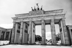 Monumento della porta di Brandeburgo in città il giorno soleggiato fotografie stock