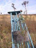 Monumento desorganizado abandonado à memória desconhecida com uma cruz na caixa imagem de stock