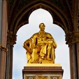 monumento di albert nel kingdome di Londra Inghilterra e nella vecchia costruzione Fotografia Stock Libera da Diritti