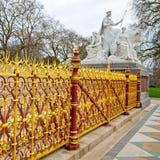 monumento di albert nel kingdome di Londra Inghilterra e nella vecchia costruzione immagini stock libere da diritti