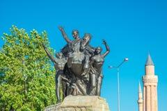 Monumento di ascensione e torre nazionali di vecchia moschea al quadrato della Repubblica a Adalia, Turchia immagine stock libera da diritti