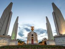 Monumento di democrazia a Bangkok sotto il cielo crepuscolare Immagine Stock Libera da Diritti