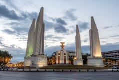 Monumento di democrazia a Bangkok sotto il cielo crepuscolare Immagini Stock Libere da Diritti