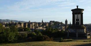 Monumento di Dugald Stewart e orizzonte di Edinburgh Immagine Stock