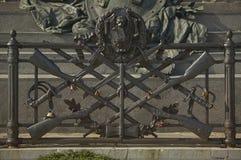 Monumento di guerra con i fucili immagini stock libere da diritti